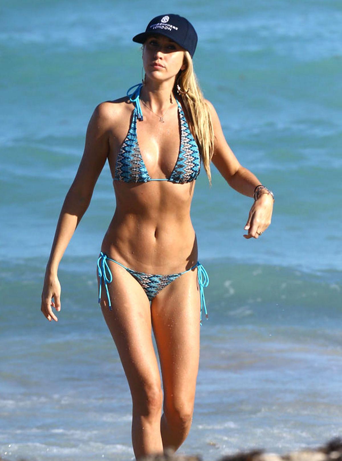 Jennifer Aniston Wearing A Bikini