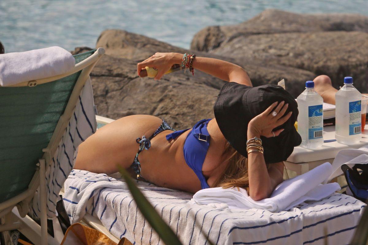 997a2c6ac483d SOFIA VERGARA in Bikini at a Pool in Hawaii