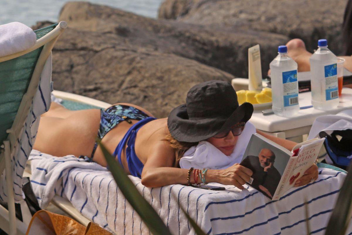 Sofia vergara rocks bikini alongside lookalike niece