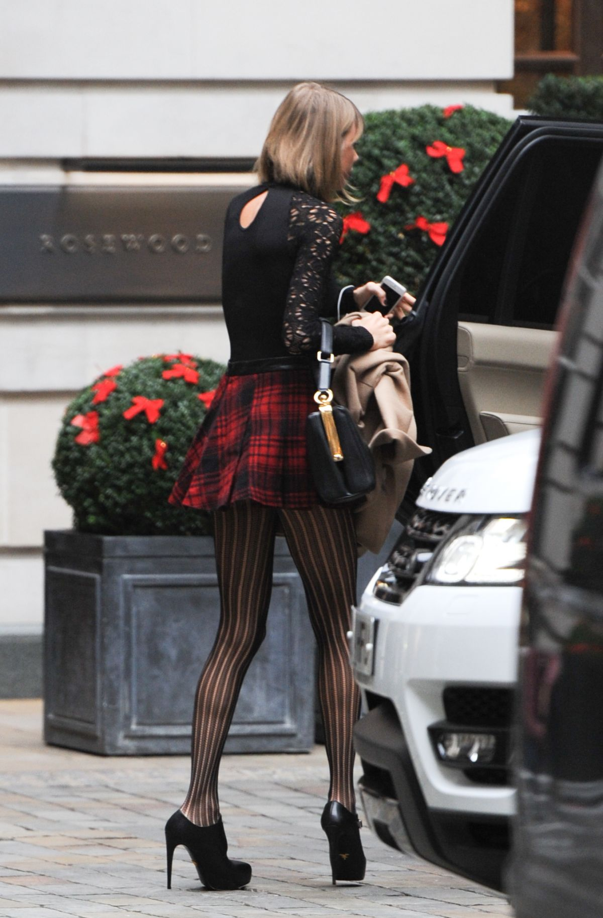 taylor swift arrivec back to her hotel in london