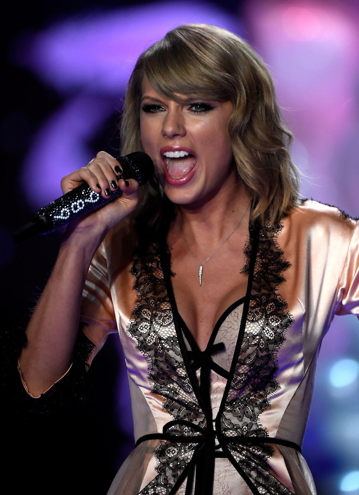 Victoria Secrets Fashion Show London  With Taylor Swift