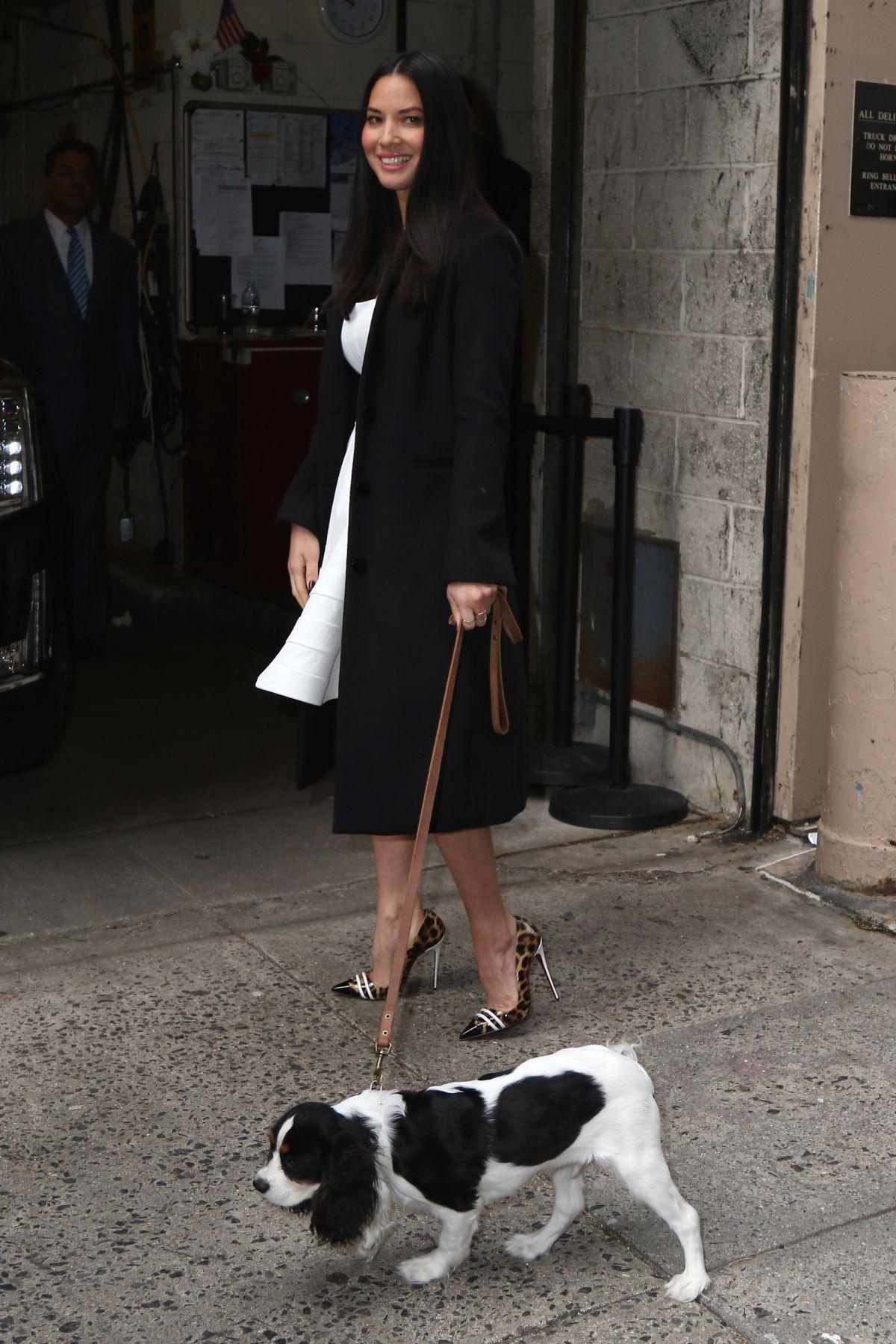 OLIVIA MUNN Walks Her Dog Out in New York - HawtCelebs | 1200 x 1800 jpeg 276kB