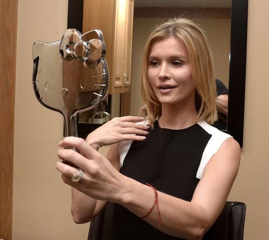 JOANNA KRUPA Gets Her Hair Cut Short