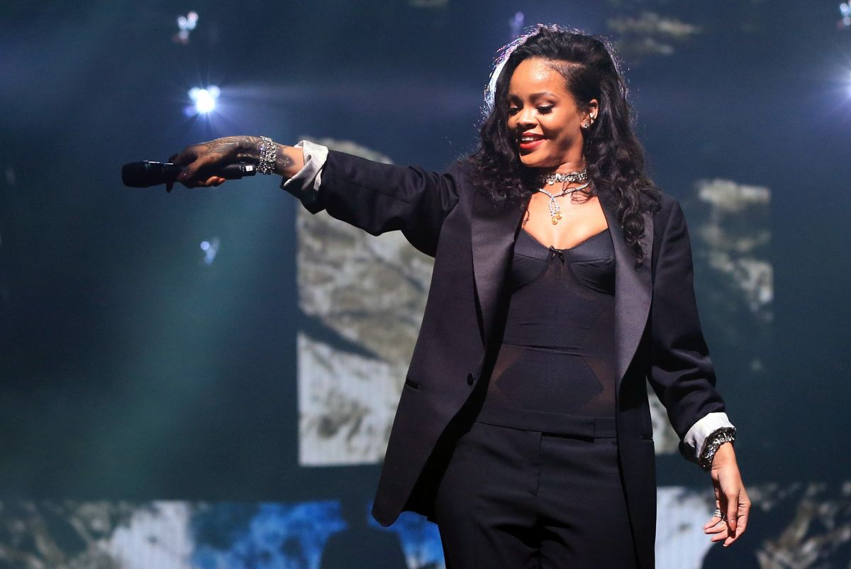 Rihanna at directv super saturday night in glendale for Top 10 house music songs