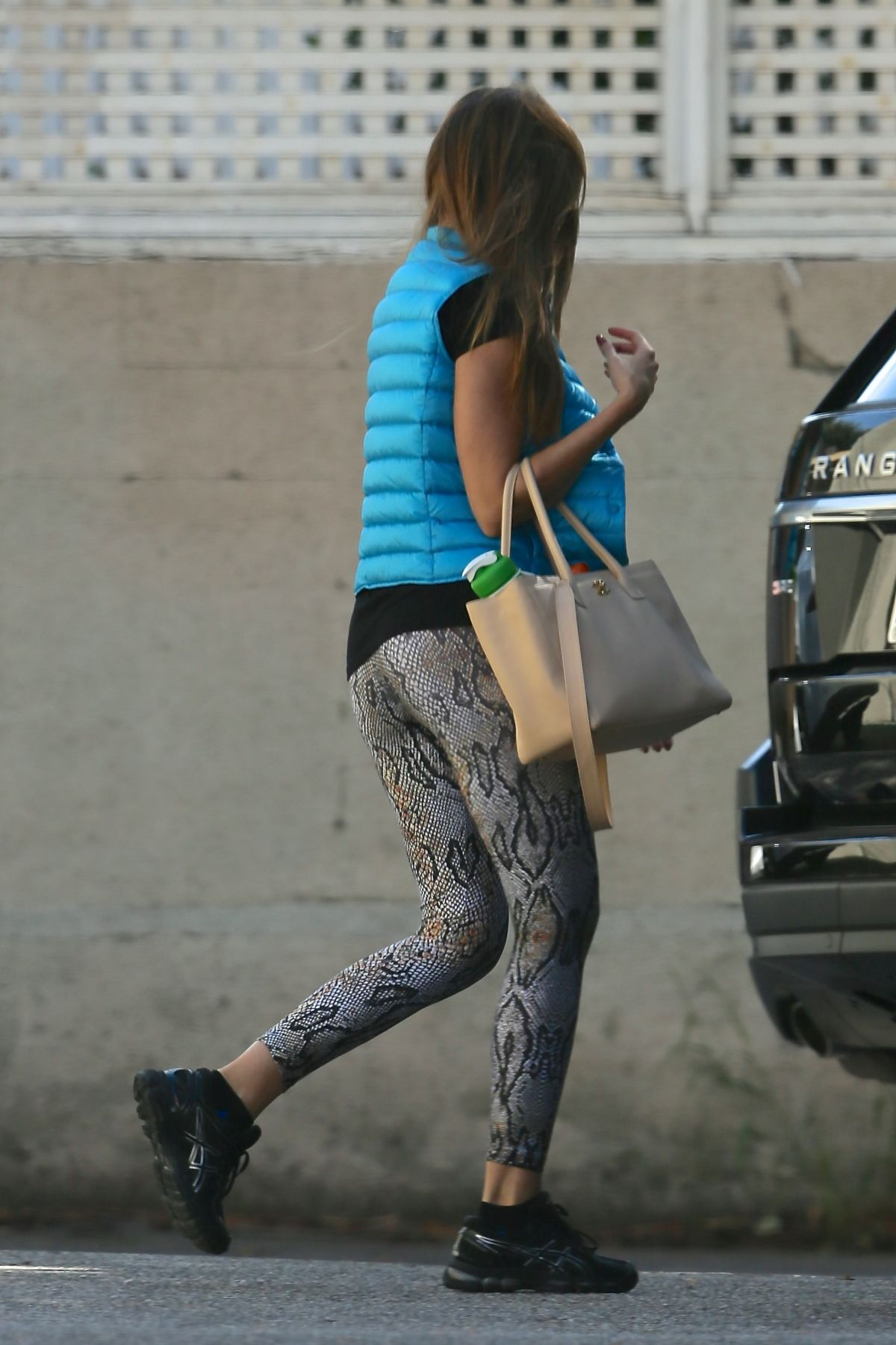 Kendall-Jenner-in-Leggings-205 - SAWFIRST