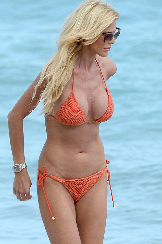 Victoria Silvstedt in Red Bikini in Miami Pic 13 of 35