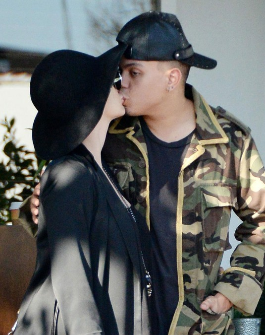 ASHLEE SIMPSON Kissing with Evan Ross
