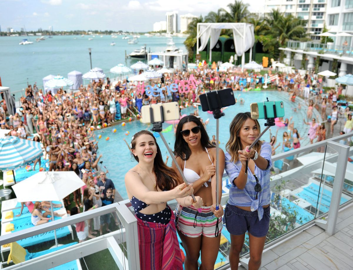 MAE WITHMAN At Aerie Celebrates Swim With Aeriereal Selfie In Miami Beach