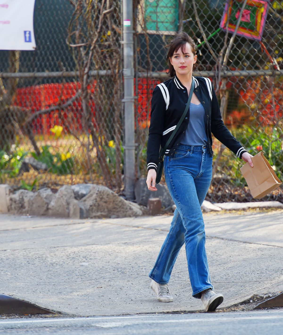Dakota johnson on the set of how to be single in new york 04 21 full ccuart Images