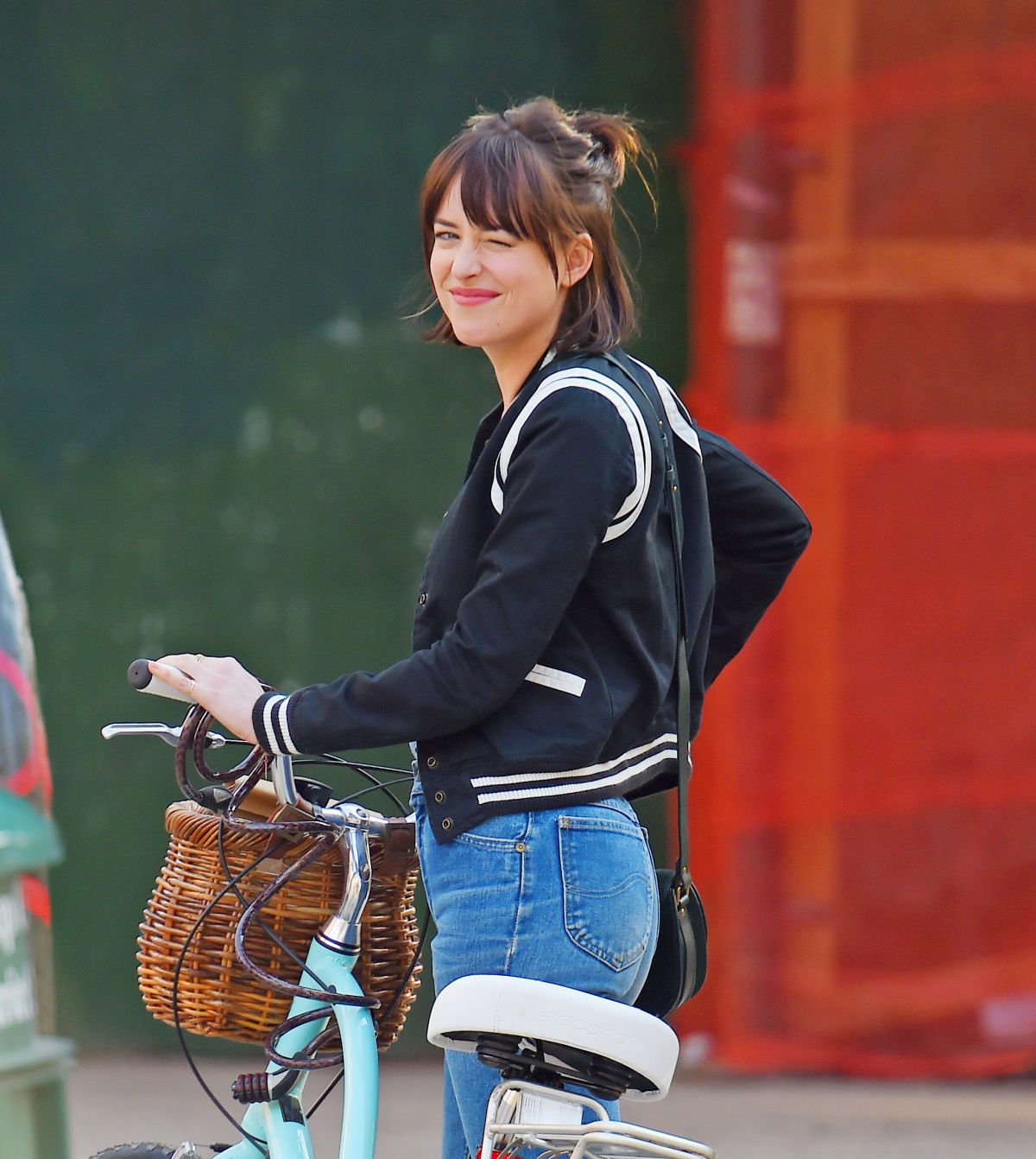 Dakota johnson on the set of how to be single in new york 04 21 full ccuart Image collections