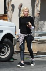 GWEN STEFANI Leaves Paquito Mas Restaurant in Sherman Oaks