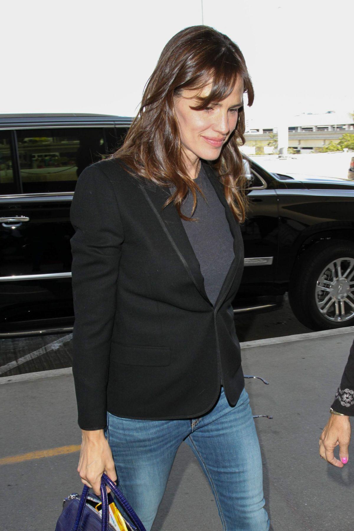 JENNIFER GARNER Arrives at LAX Airport in Los Angeles