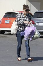 JENNIFER GARNER Shopping at Farmer