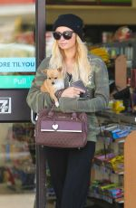 PARIS HILTON at 7 EBen in Beverly Hills