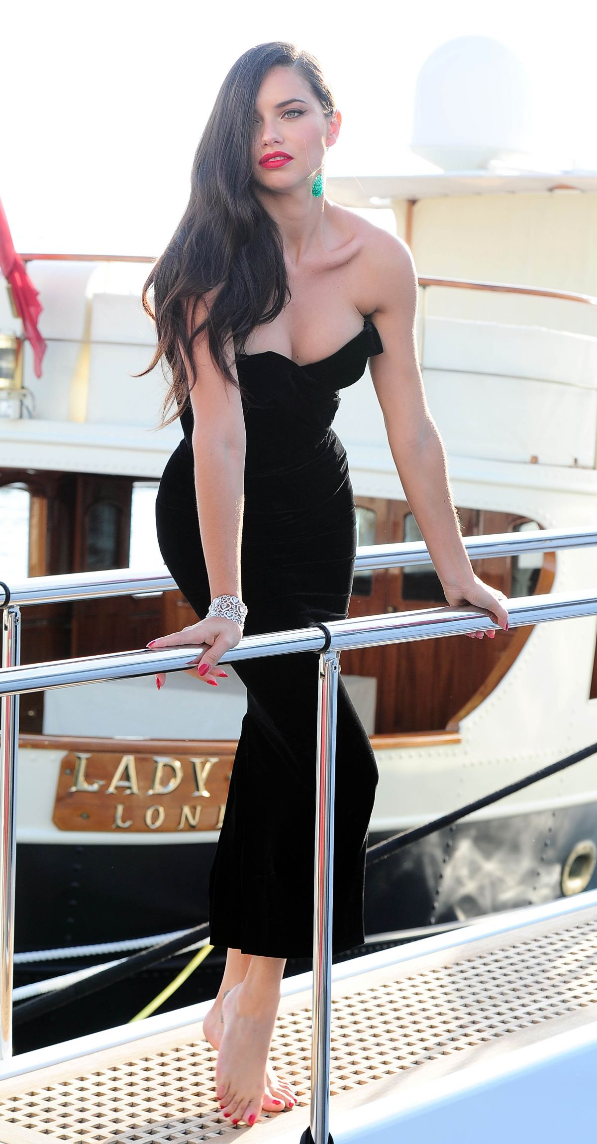 345ee3e15e9ec adriana-lima-boards-at-a-yacht-in-cannes_11.jpg (1200×2298)