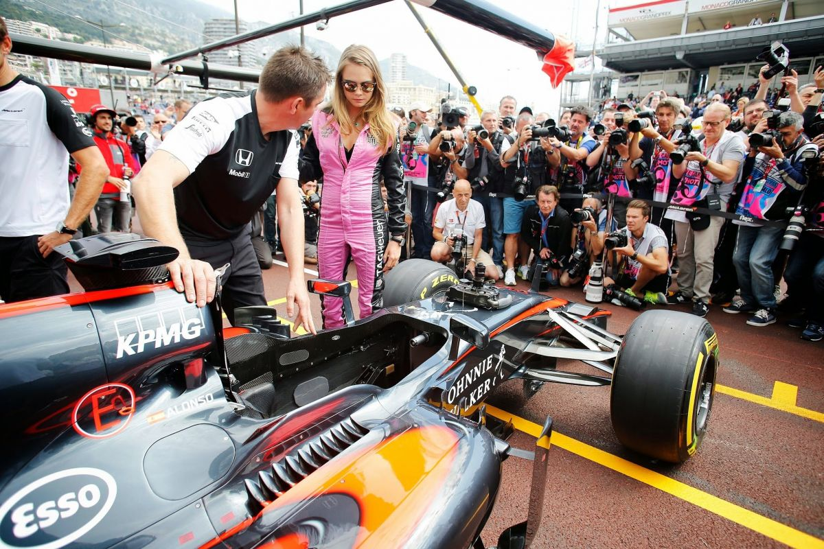 Formula Ones outdated use of grid girls under strong