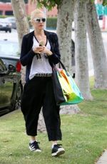 GWEN STEFANI Out and About in Sherman Oaks 05/04/2015