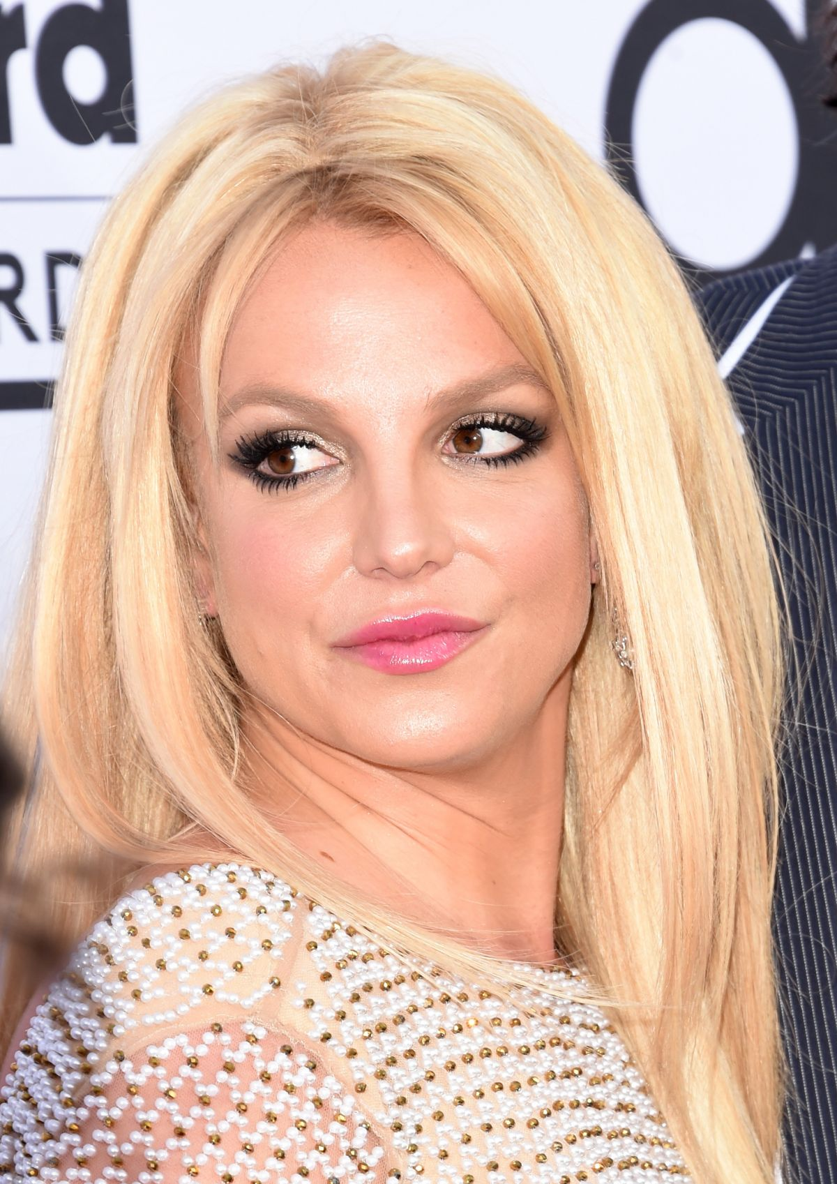 Why is he make up so oily nowadays? - Britney Spears Forum