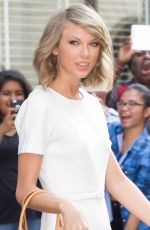 TAYLOR SWIFT Leaves Her Apartment in New York 05/27/2015