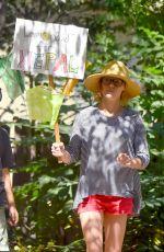 JULIE BOWEN Raises Money for Nepal with a Lemonade Stand