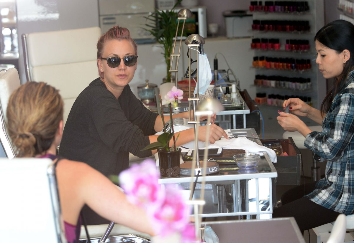 Kaley cuoco without makup at a nail salon in studio city for A salon of studio city