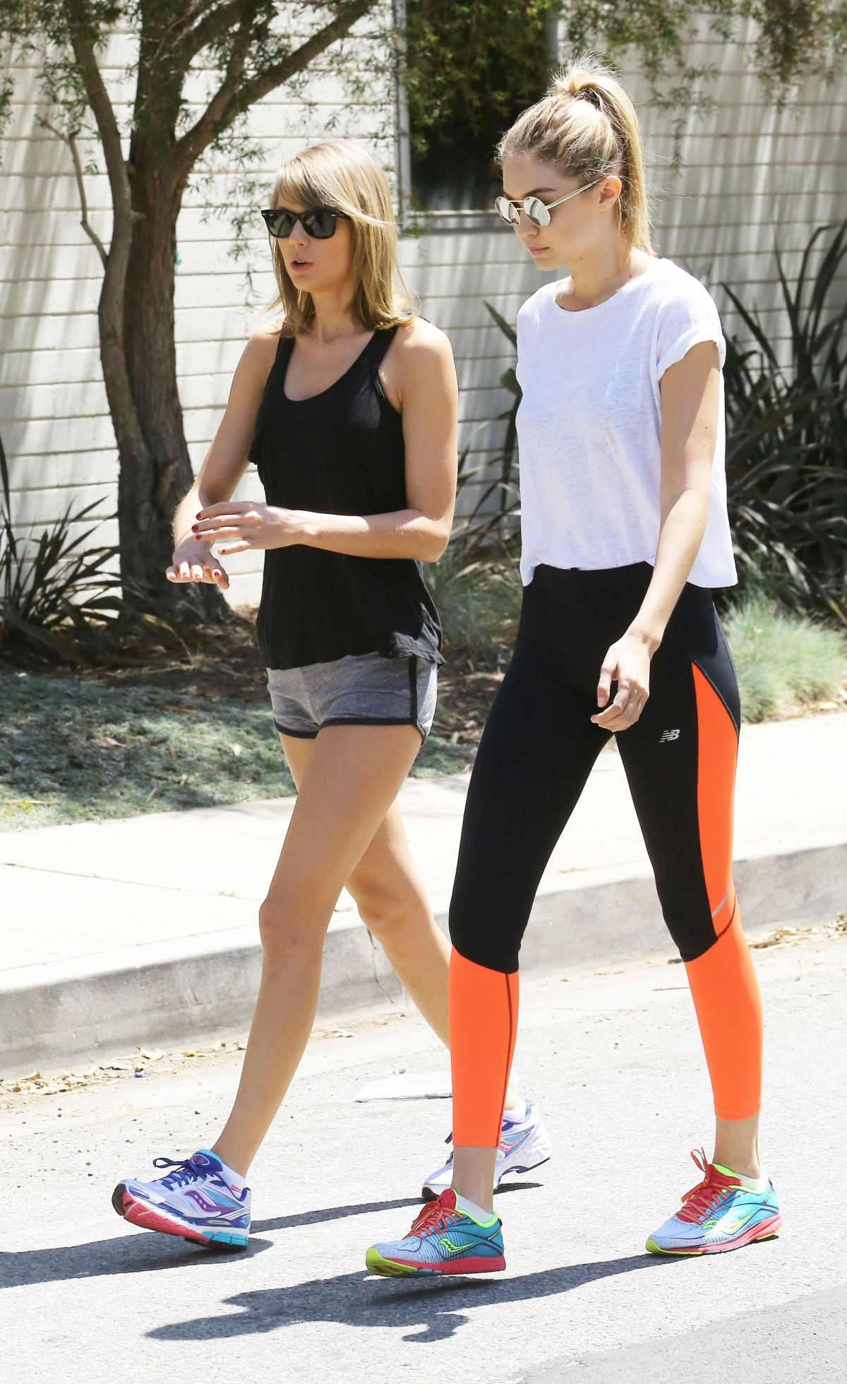 Formular Humedal aprobar  taylor-swift-and-gigi-hadid-out-for-a-walk-in-beverly-hills_27 – HawtCelebs