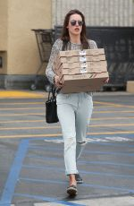 ALESSANDRA AMBROSIO Getting Pizza in Pacific Palisades 06/09/2015