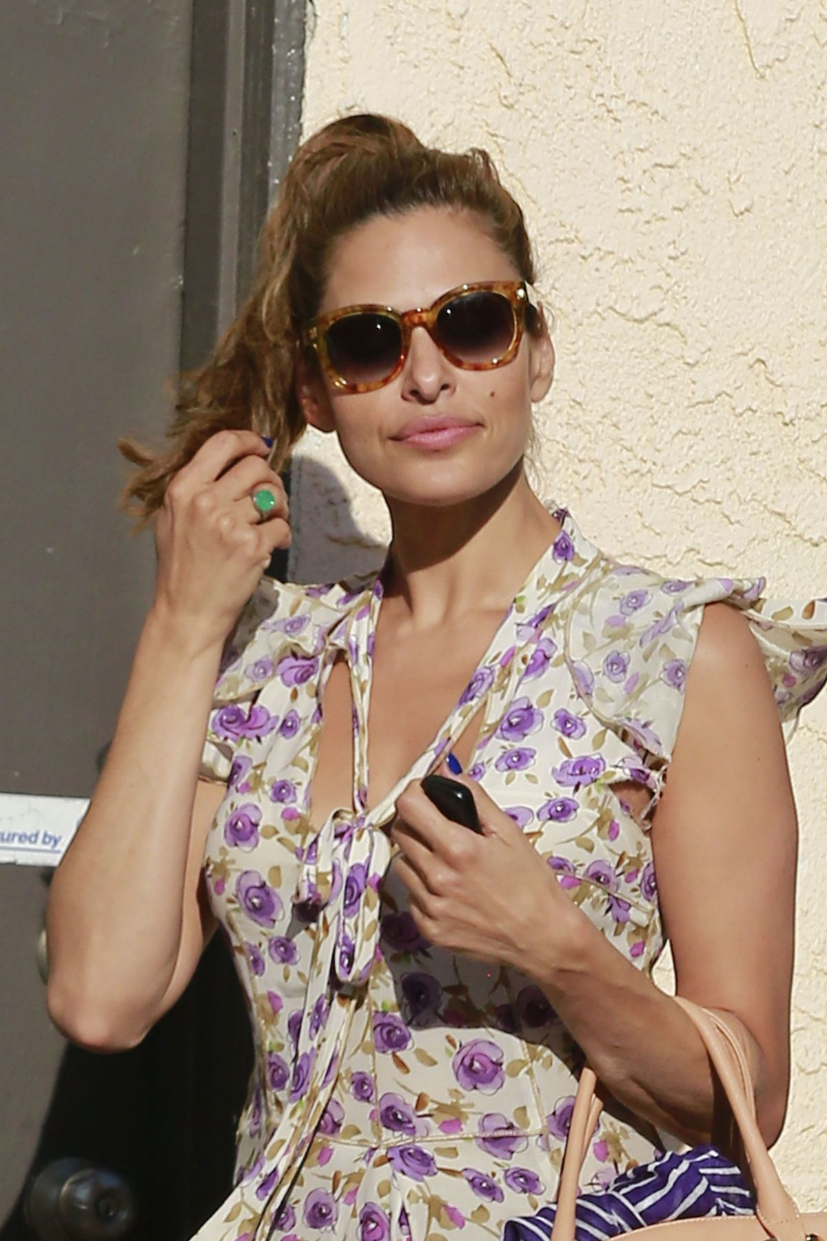 EVA MENDES Leaves a Sa...