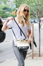 JENNIFER LAWRENCE Looking for Apartment in Manhattan 06/26/2015