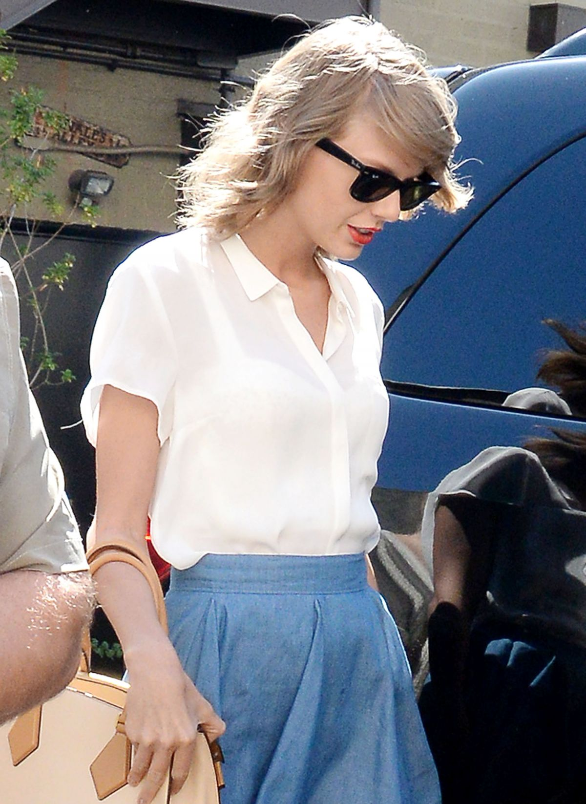 taylor swift leaves sugarfish sushi restaurant in beverly hills 07 28 2015 hawtcelebs. Black Bedroom Furniture Sets. Home Design Ideas