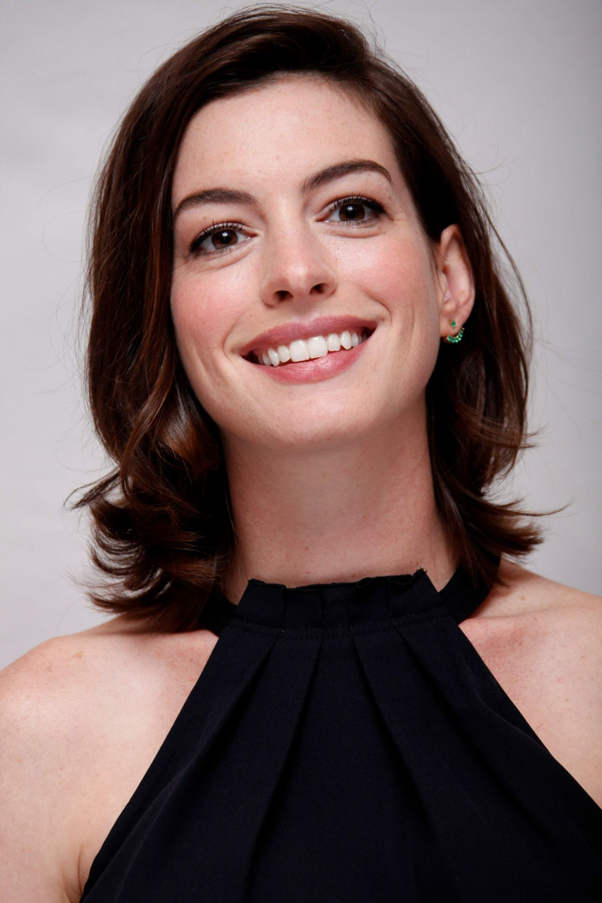 ANNE HATHAWAY at The Intern Press Conference in Los Angeles ... Anne Hathaway
