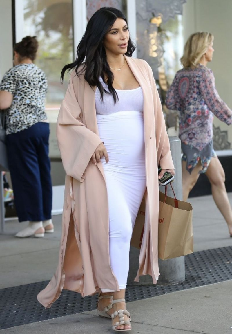 Pregnant KIM KARDASHIAN Out Shopping in Los Angeles 08/22/2015