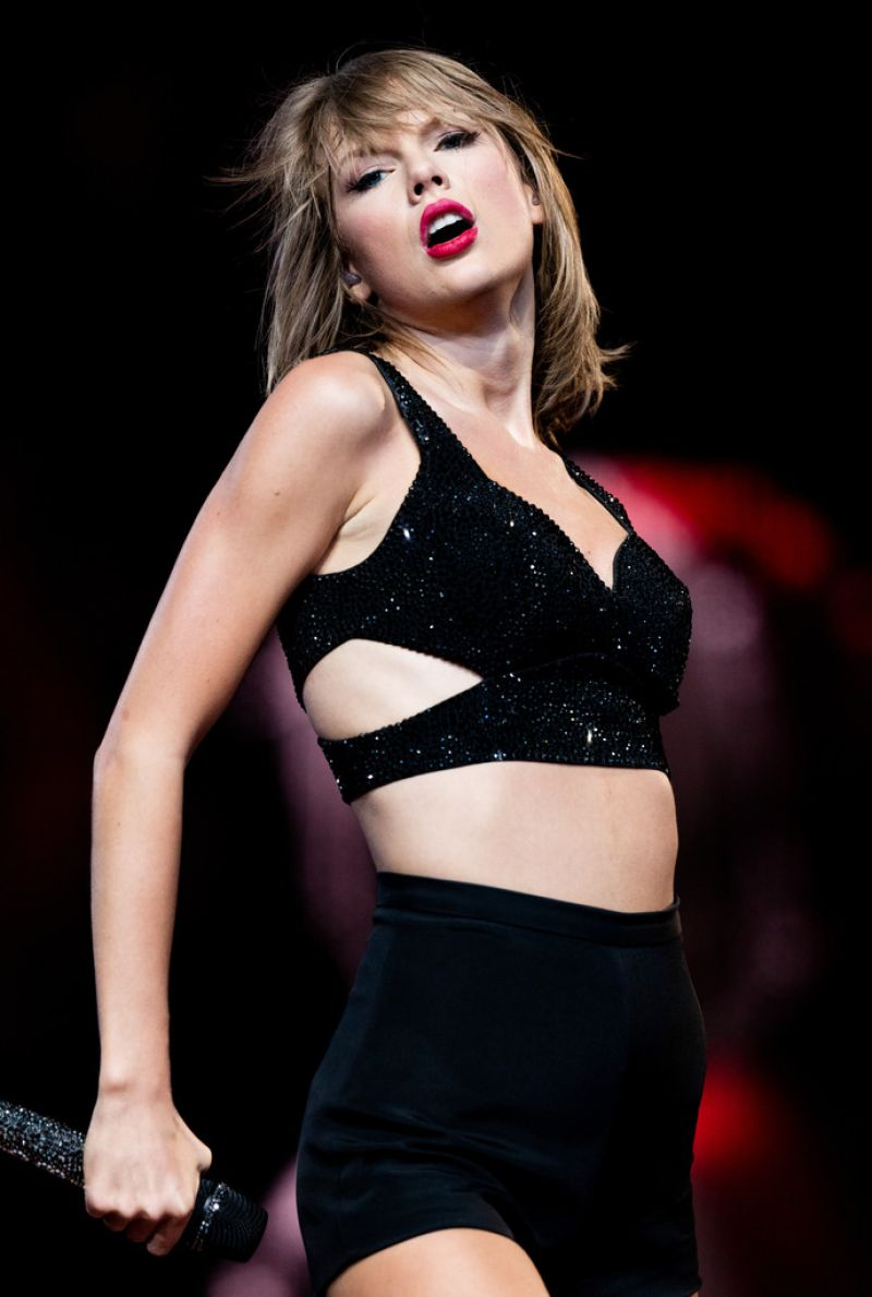 TAYLOR SWIFT Performs at 1989 World Tour Concert in Los Angeles 08/21/2015