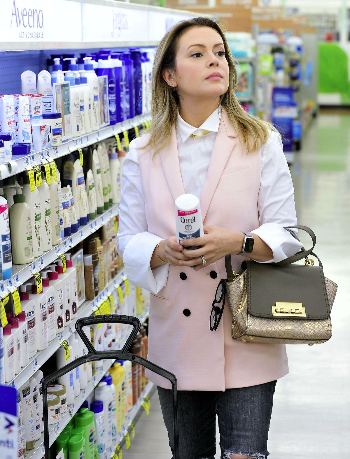 Alyssa milano shopping in los angeles 10 05 2015 hawtcelebs for Milano shop