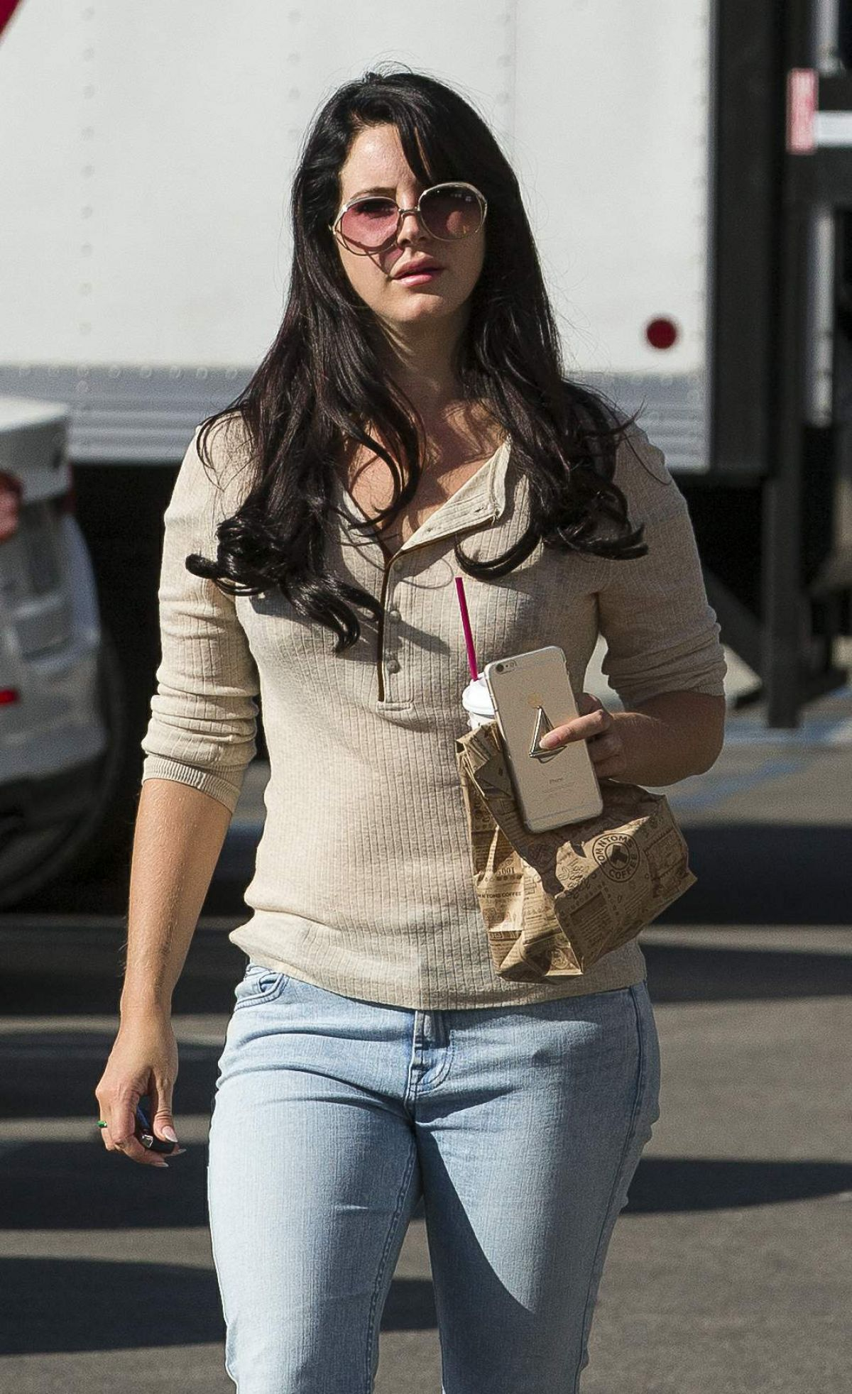 lana-del-rey-out-for-coffee-in-los-angel