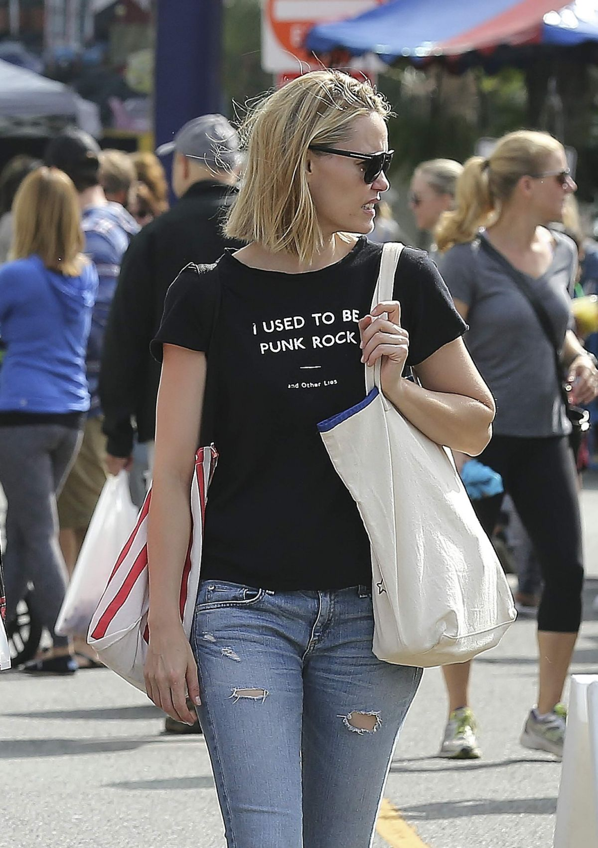 LESLIE BIBB Out Shopping at Farmers Market in Studio City 10/18/2015