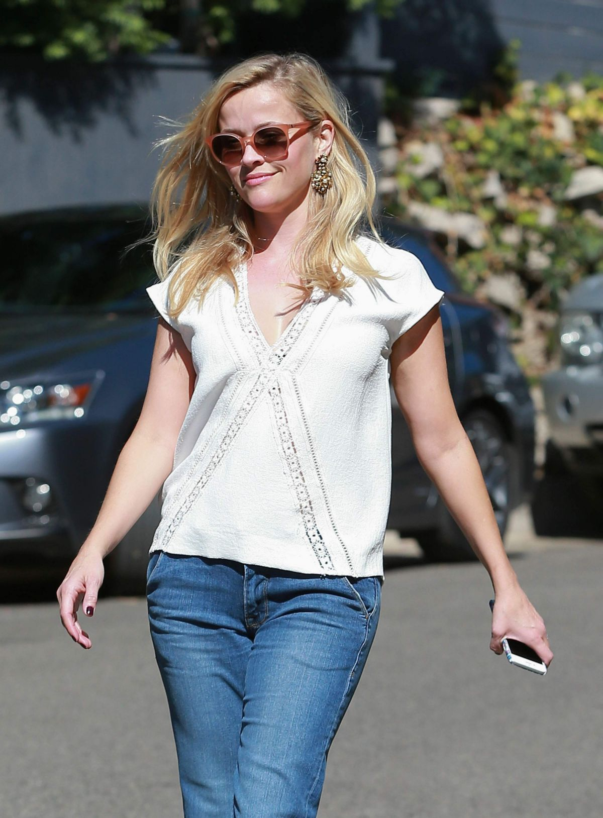 REESE WITHERSPOON Heading to a Friend House in Los Angeles 10/10/2015