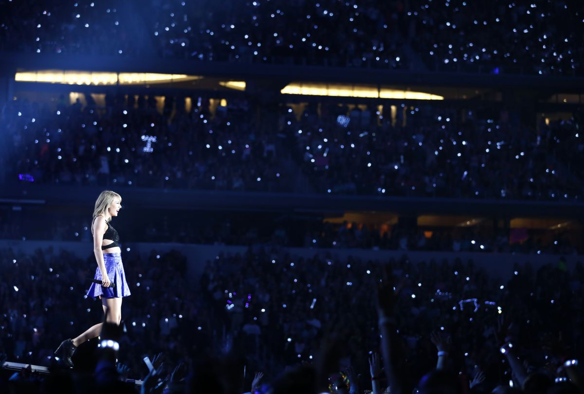 Taylor Swift And Ellioe Goulding Performs At The 1989 World Tour In Arlington 10 17 2015 18 Hawtcelebs