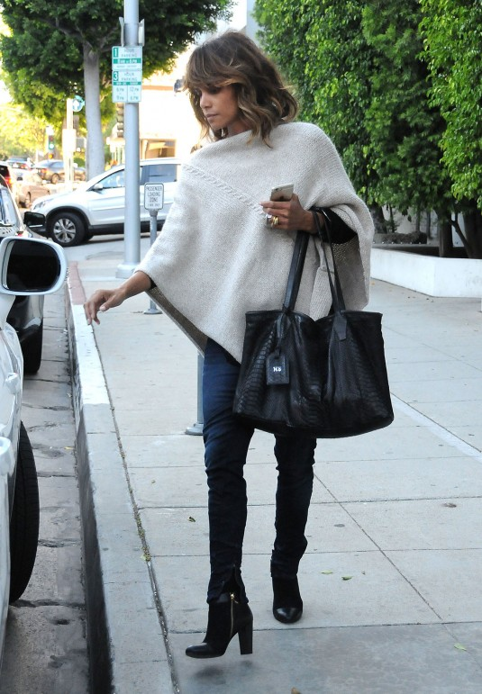 Halle-Berry-spotted-out-in-Los-Angeles_07