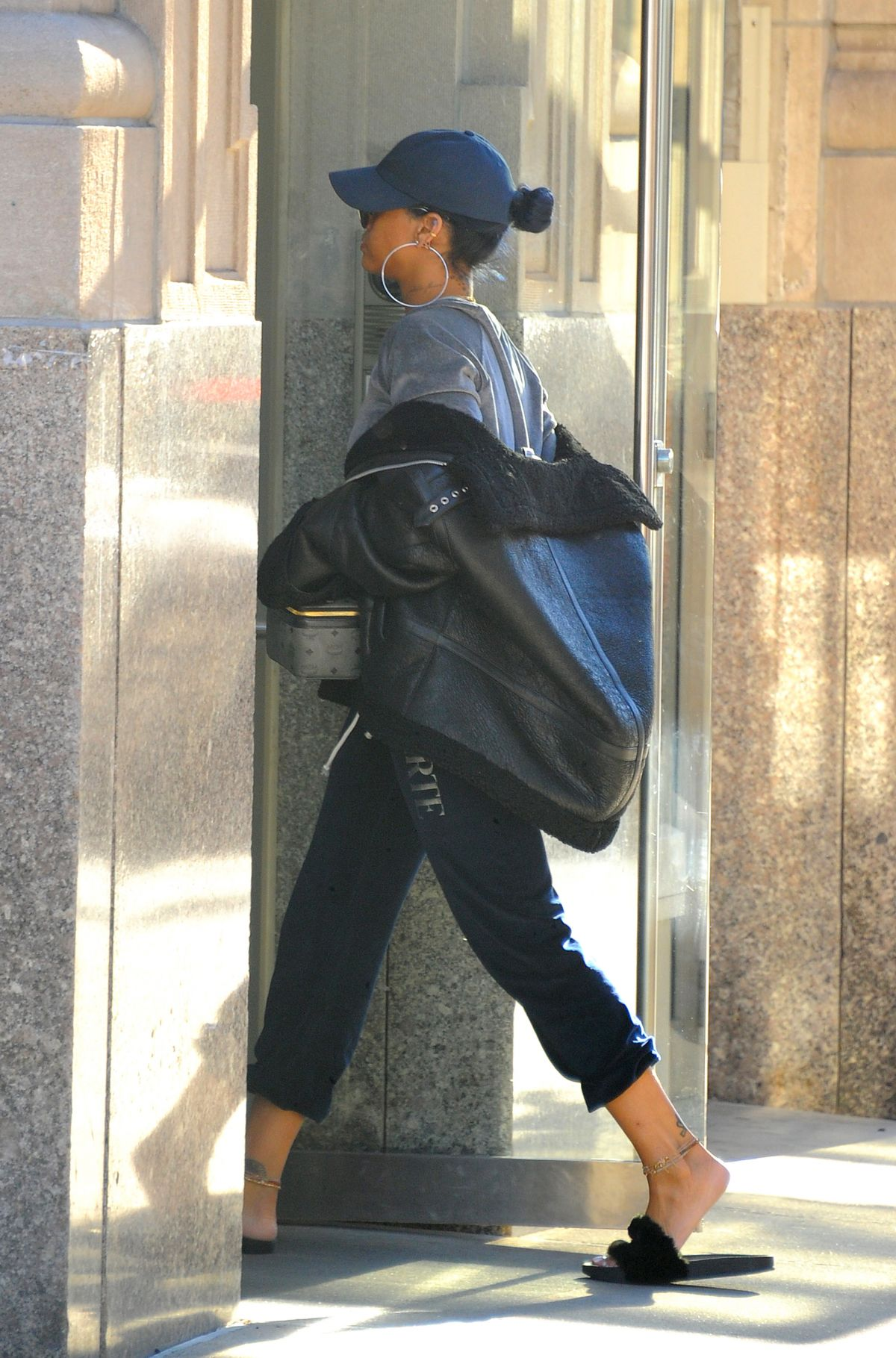 Rihanna Arrives At Her Apartment In New York 11 21 2017