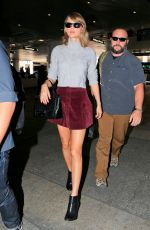 TAYLOR SWIFT Arrives at Los Angeles International Airport 04/11/2015