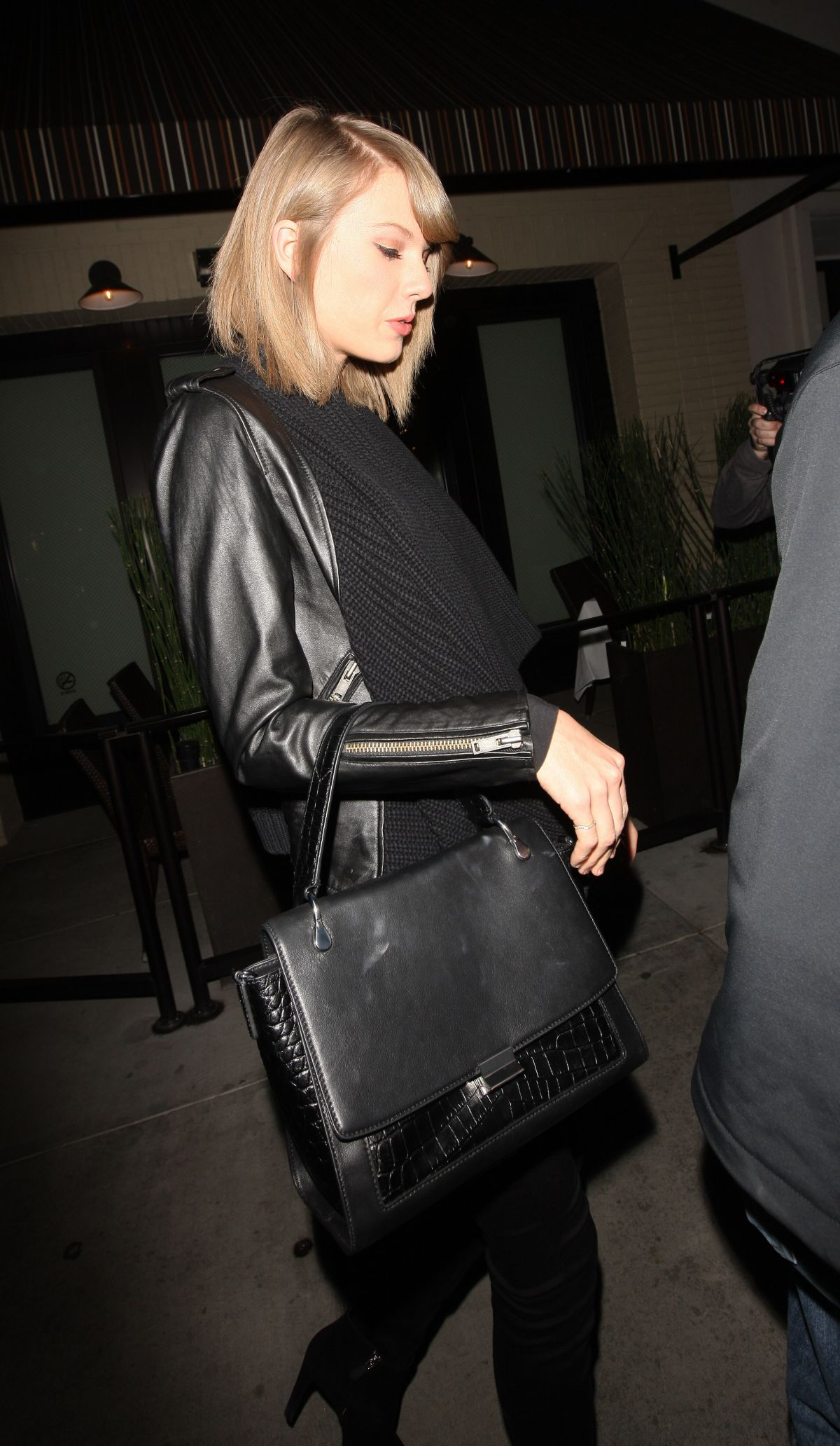taylor swift leaves the palms restaurant in beverly hills 11 17 2015 hawtcelebs. Black Bedroom Furniture Sets. Home Design Ideas