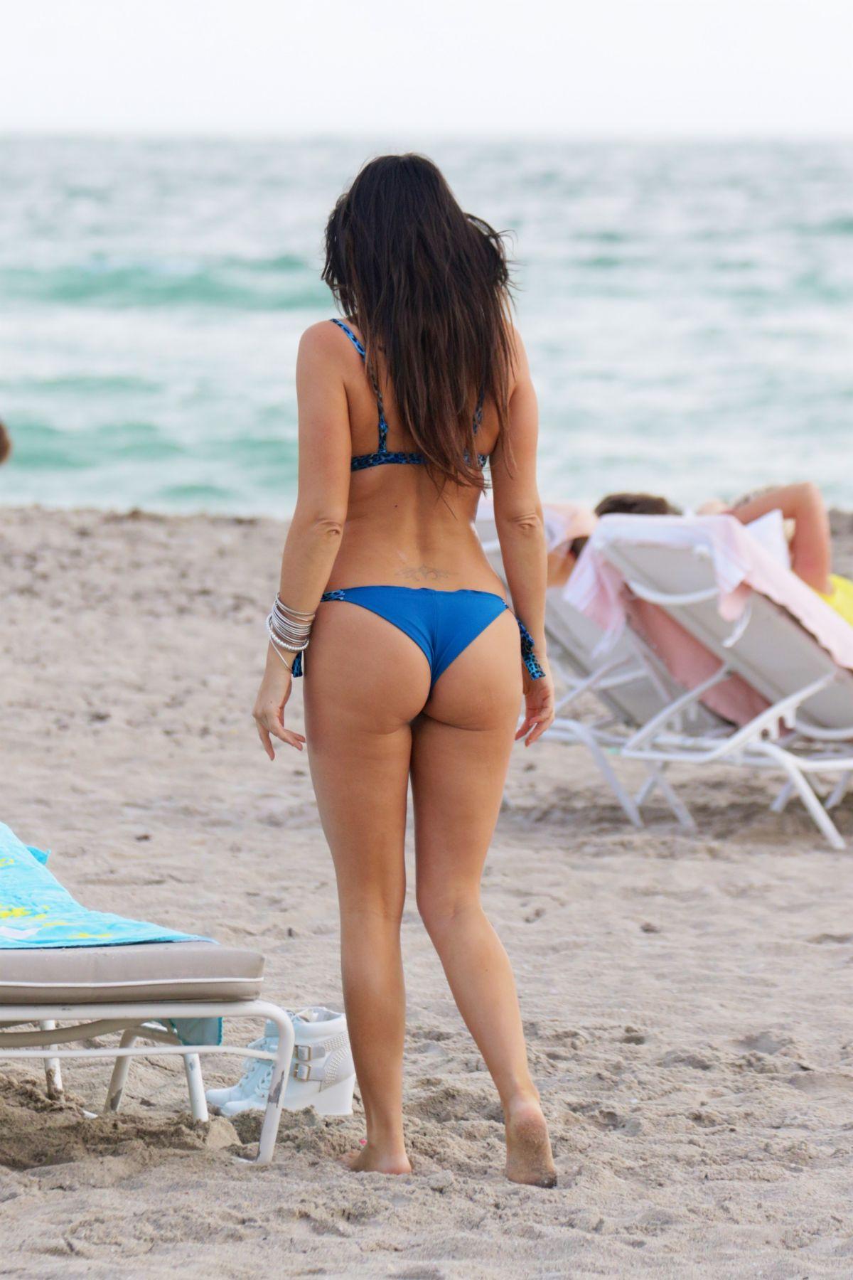 claudia romani in blue bikini at a beach in miami 11/30/2015