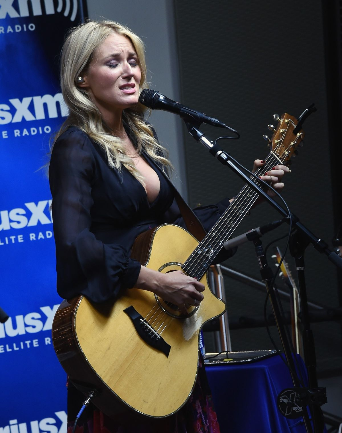 JEWEL KILCHER at SiriusXM Acoustic Christmas with Jewel and Shawn Mullins in Nashville 12/14/2015
