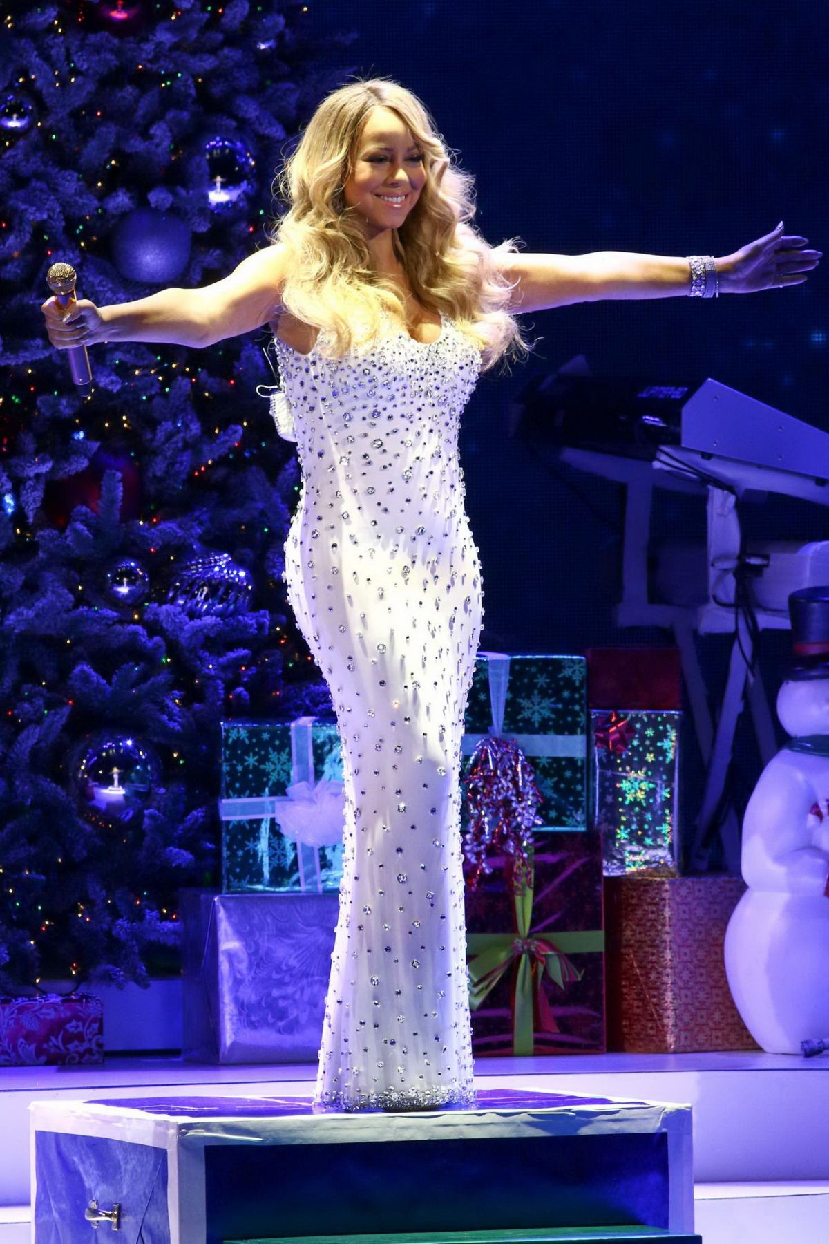 MARIAH CAREY Performs at All I Want for Christmas is You Concert in New York 12/08/2015 – HawtCelebs