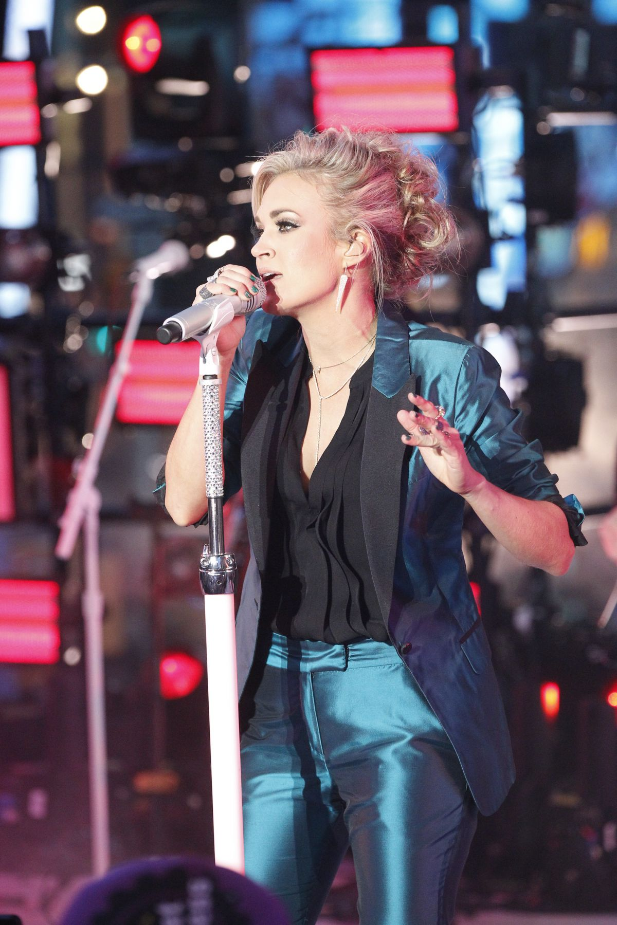 Carrie underwood performs at dick clarks pics