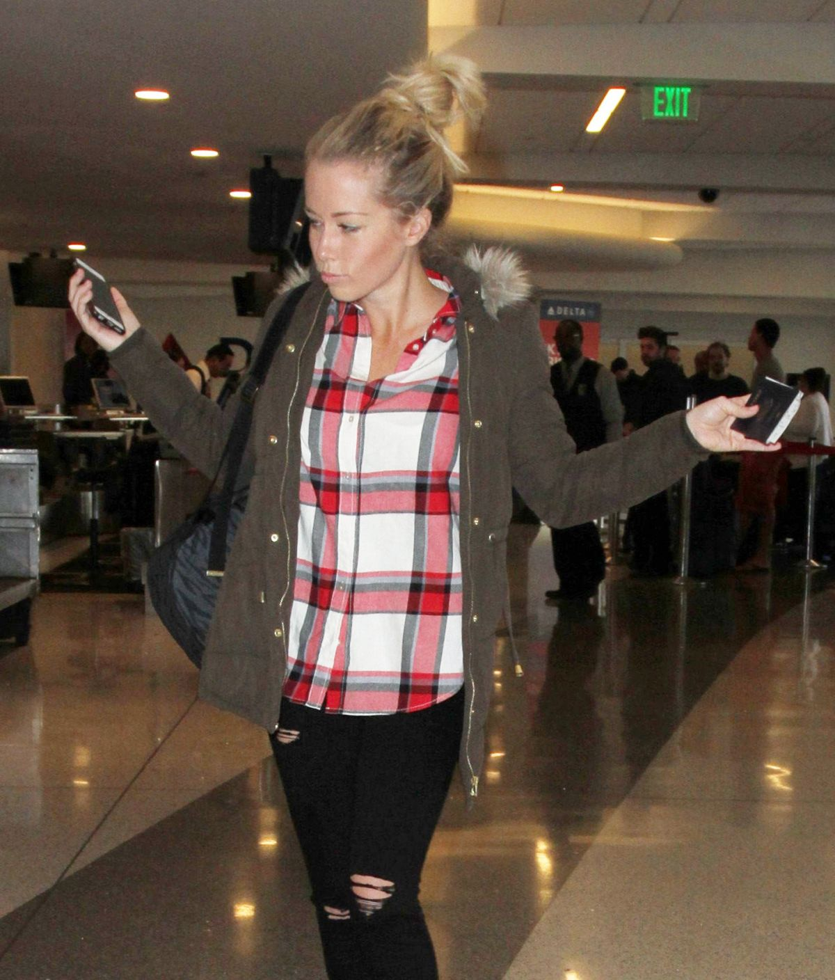 KENDRA WILKINSON Arrives at LAX Airport in Los Angeles 01/20/2016
