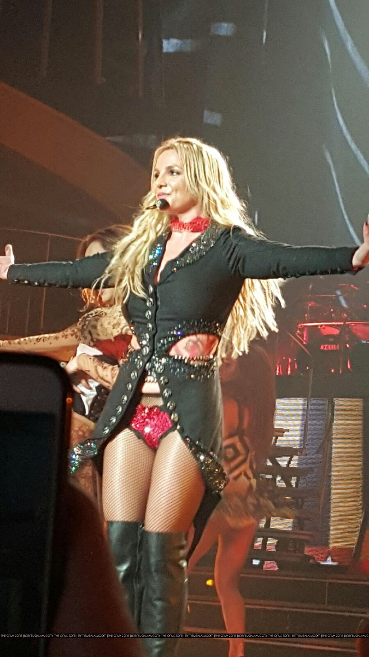 britney-spears-performs-at-piece-of-me-s