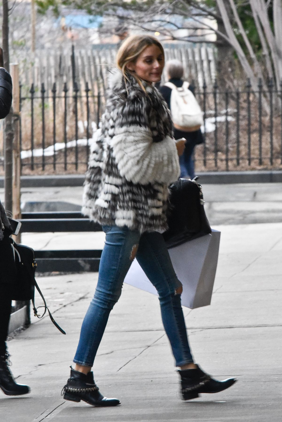 Olivia Palermo Arrives At Her Apartment In New York 02 01 2017