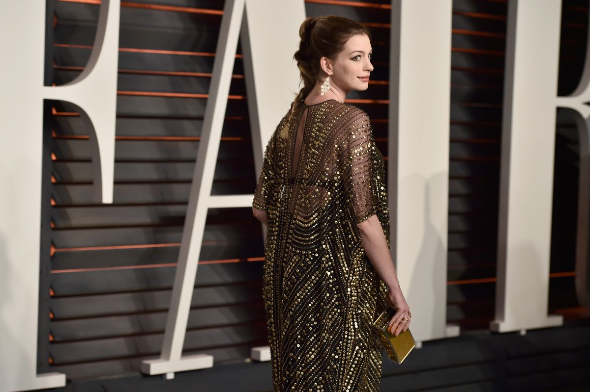 Pregnant ANNE HATHAWAY at Vanity Fair Oscar 2016 Party in ...